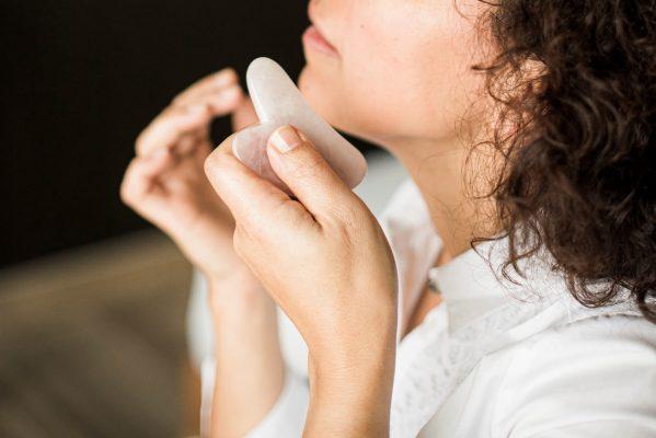 Le gua sha pour un massage du visage